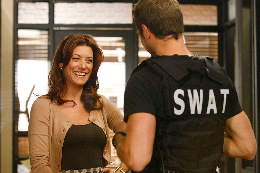Addison (Kate Walsh, l.) freut sich, Kevin (David Sutcliffe, r.) wiederzusehen und hofft auf ein Date mit ihm ... - Bildquelle: ABC Studios