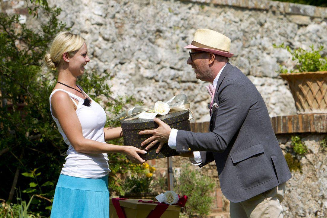 Denise (l.) nimmt von Thomas Rath (r.) das Kleid für ihr Einzeldate mit dem Millionär entgegen ... - Bildquelle: Richard Hübner ProSieben