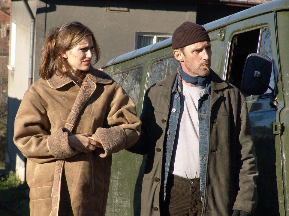 Nick und William (Ben Cross, r.) haben es geschafft: Julia (Olivia Lee, l.) ist frei! - Bildquelle: Nu Image Films