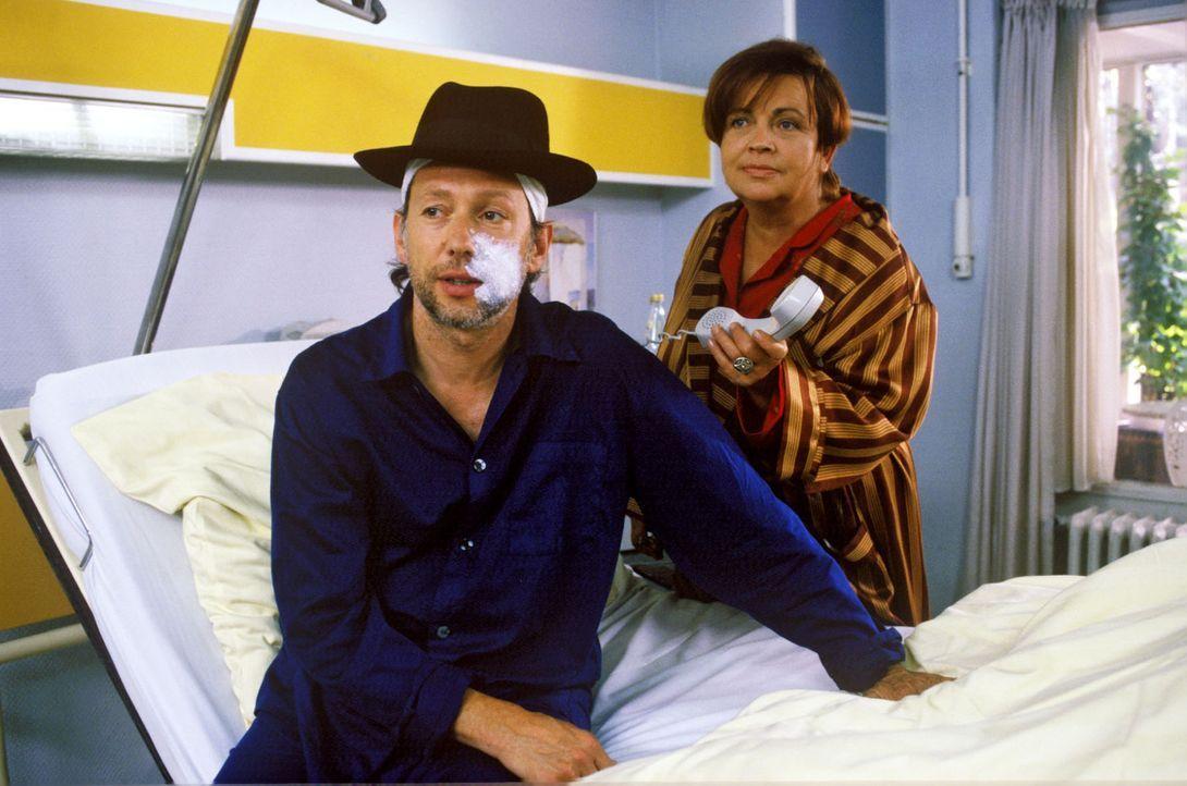 Trotz ihres eigenen Unglücks kümmert sich Klara (Walfriede Schmitt, r.) um Rudi Schotta (Stephan Schwartz, l.), der an einer Gesichtsrose erkrankt... - Bildquelle: Noreen Flynn Sat.1