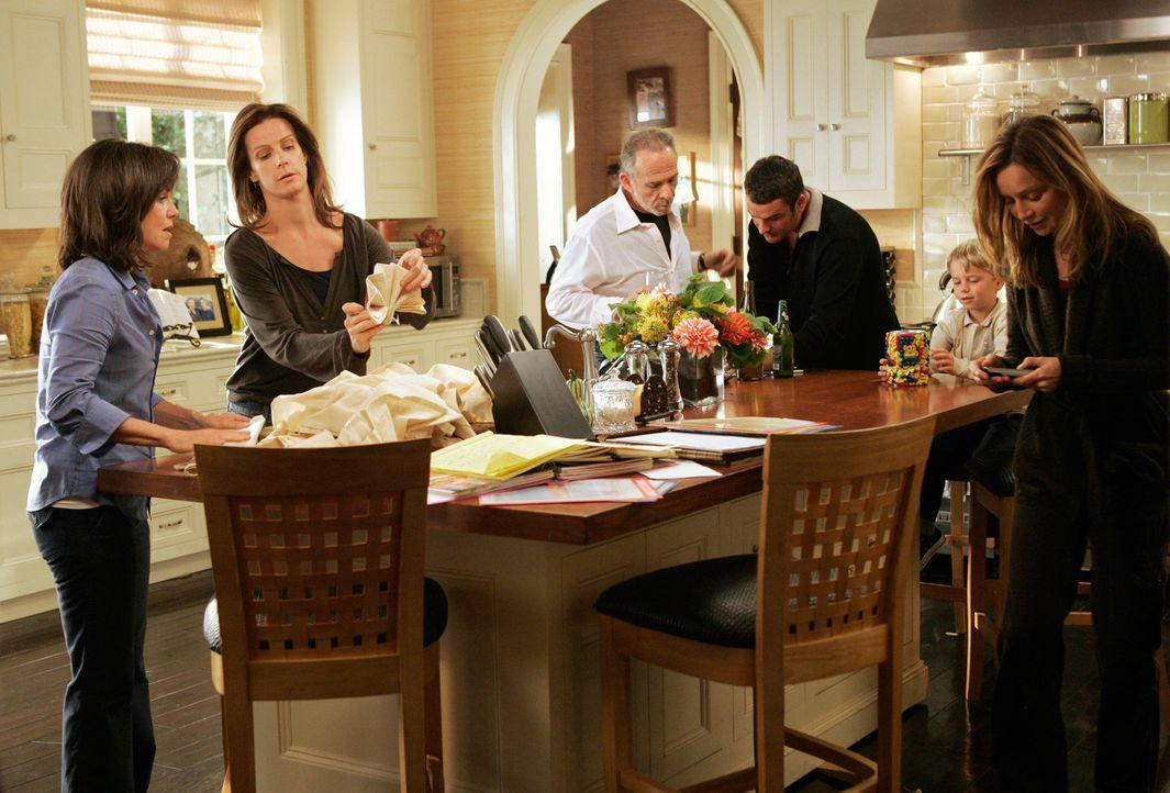 Die Vorbereitungen für Kitty und Roberts Hochzeit laufen auf Hochtouren und alle Walker helfen: (v.l.n.r.) Nora (Sally Field), Sarah (Rachel Griffit... - Bildquelle: Disney - ABC International Television