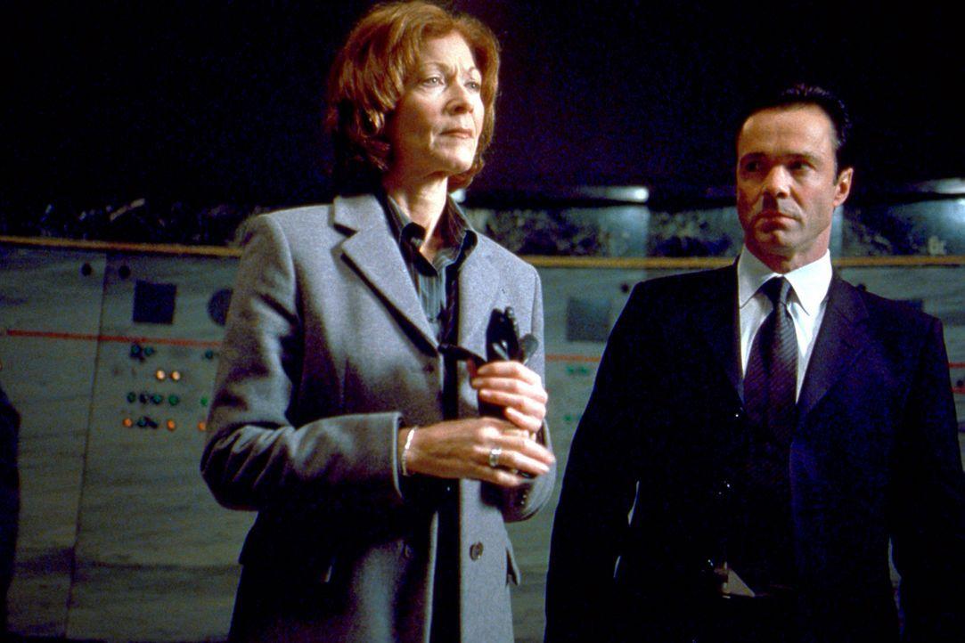 Weil sie einst das Todesurteil über Lester gefällt hatte, will Richterin Jane McPherson (Linda Thorson, l.) gemeinsam mit dem Agenten Agent Hartma... - Bildquelle: 2003 Sony Pictures Television International. All Rights Reserved.