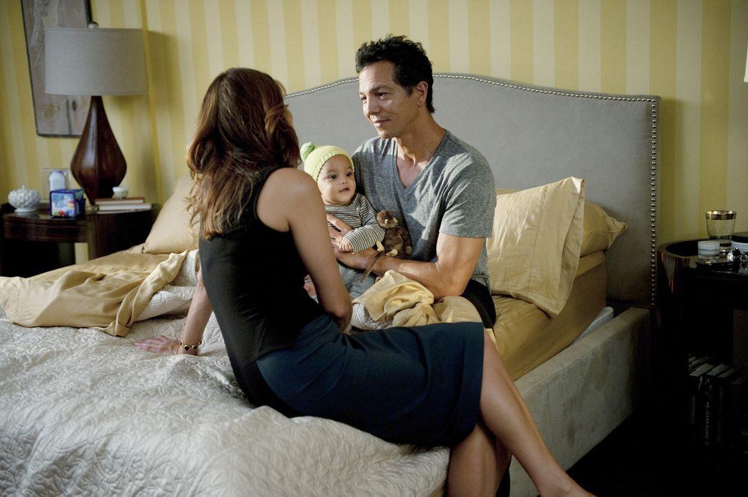 Während Addison (Kate Walsh, l.) ihre aufblühende Romanze mit Jake (Benjamin Bratt, r.) genießt, kommt in der Praxis eine schockierende Neuigkeit... - Bildquelle: ABC Studios