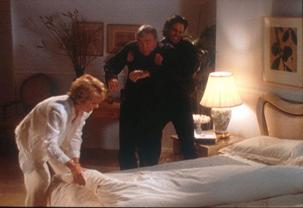 Claire (Brynn Thayer, l.) und ihr Liebhaber Max (Don Diamont, r.) haben Claires Ehemann Elliott (Wayne Tippit, M.) vergiftet und drapieren ihn auf s... - Bildquelle: Viacom