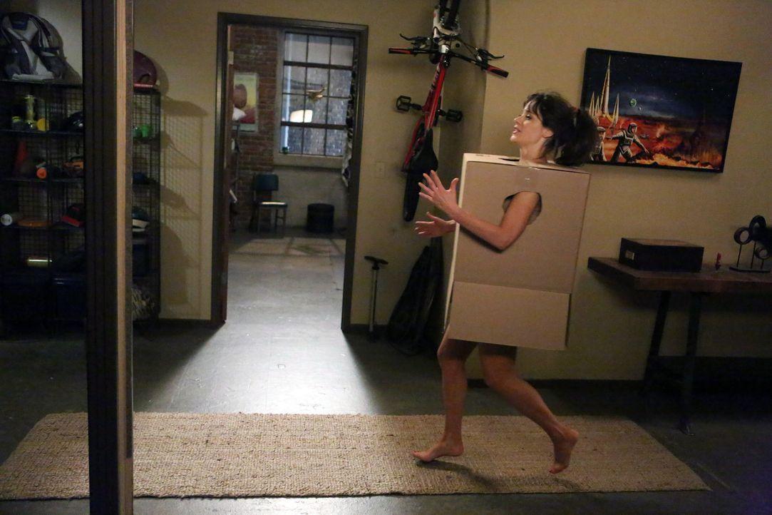 Versucht, sich die Langeweile alleine im Loft zu vertreiben: Jess (Zooey Deschanel) ... - Bildquelle: 2012 Twentieth Century Fox Film Corporation. All rights reserved.