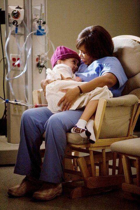 Kümmert sich rührend um die 6-jährige Jessica Smithson (Mary-Charles Jones, l.), welche zu sterben droht: Miranda (Chandra Wilson, r.) ... - Bildquelle: Touchstone Television
