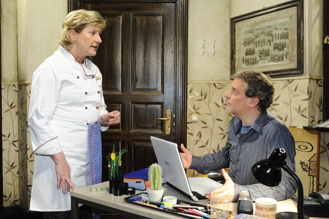 Ingo (Wolfgang Wagner, r.) teilt Susanne (Heike Jonca, l.) mit, dass er nach Kuba fliegen wird ... - Bildquelle: SAT.1