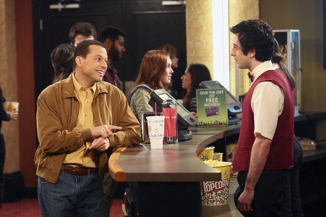 Ausgerechnet im Kino muss sich Alan (Jon Cryer, l.) einer unangenehmen Begegnung stellen ... - Bildquelle: Warner Brothers Entertainment Inc.