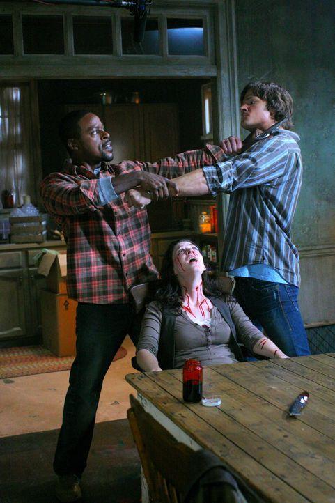 Verzweifelt versucht Sam (Jared Padalecki, r.), Gordons (Sterling K. Brown, l.) Blutrausch zu stoppen - dabei gerät er selbst in große Gefahr ... - Bildquelle: Warner Bros. Television