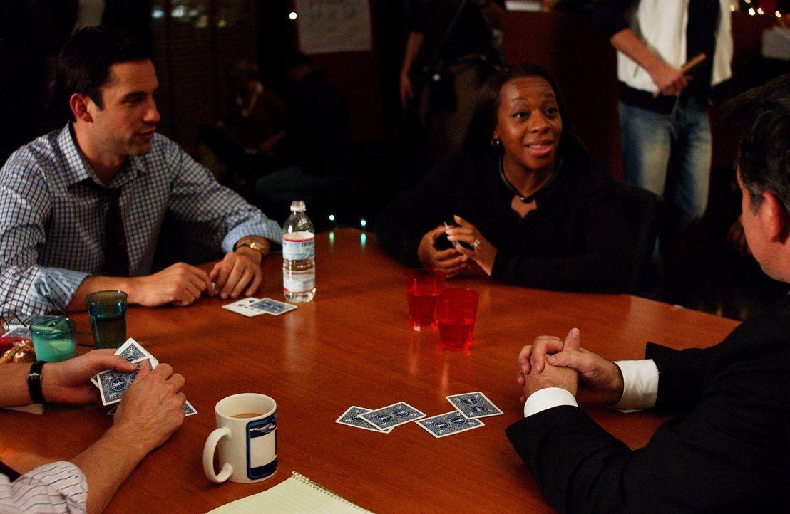 Vertreiben sich die Zeit mit Kartenspielen: Danny (Enrique Murciano, l.), Jack (Anthony LaPaglia, r.) und Vivian (Marianne Jean-Baptiste, M.) ... - Bildquelle: Warner Bros. Entertainment Inc.