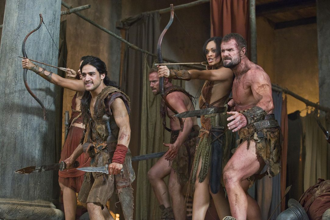 Kurz bevor die Tempelanlage von den Römern eingenommen wird, gelingt es Nasir (Pana Hema Taylor, l.), Naevia (Cynthia-Addai Robinson, 2.v.r.) und an... - Bildquelle: 2011 Starz Entertainment, LLC. All rights reserved.