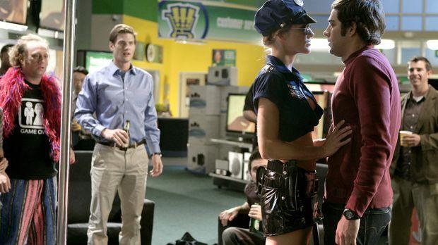 Wie kann General Beckman nur denken, dass Alex (Tricia Helfer, 2.v.r.) Sarah...