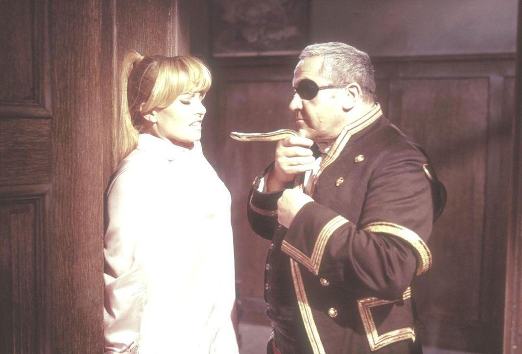 Der Diener Grimsby (Artur Binder, r.) bedroht Jane Wilson (Karin Baal, l.), die Tochter des verstorbenen Hausherrn, mit einer Schlange ... - Bildquelle: Constantin Film