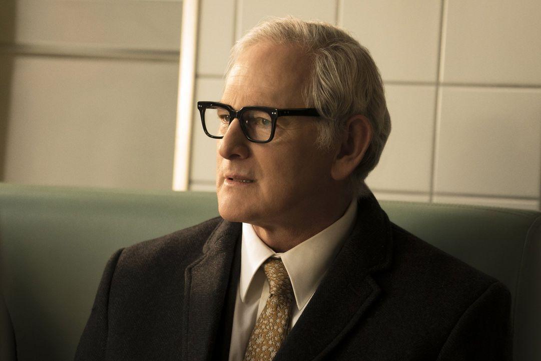 Als Jax entführt wird, ahnt Dr. Stein (Victor Garber), dass mit ihm etwas ganz und gar nicht stimmt. Wird er Recht behalten? - Bildquelle: 2015 Warner Bros.
