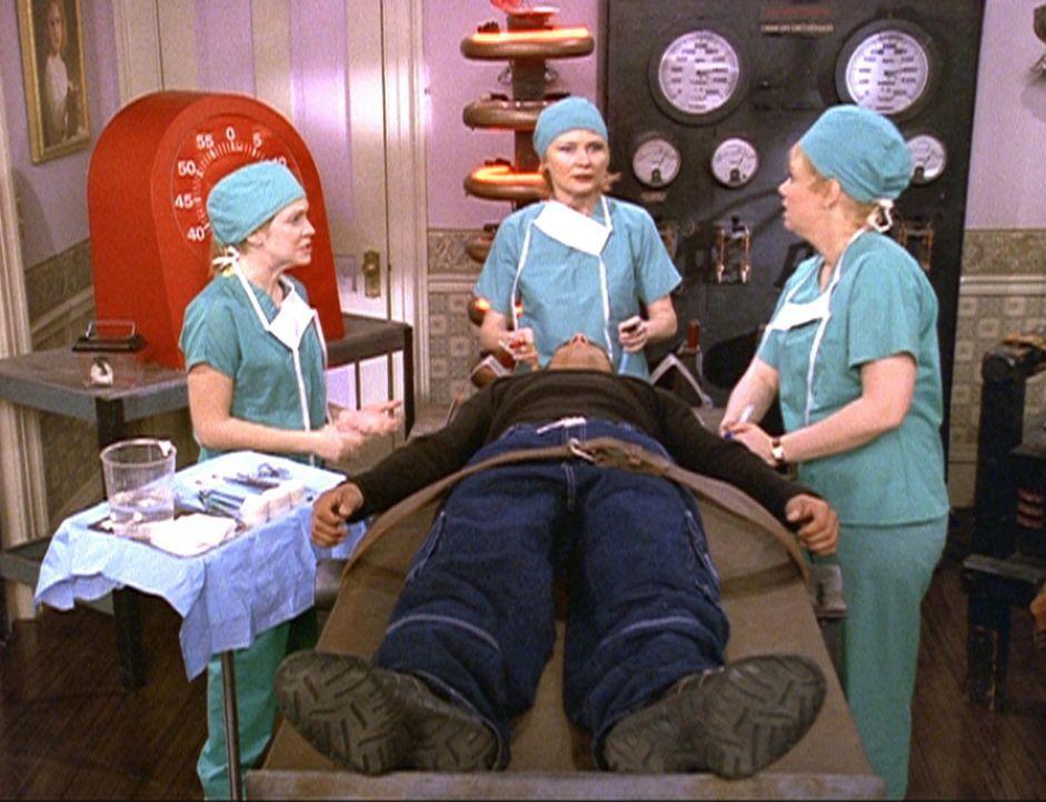 Sabrina (Melissa Joan Hart, l.), Zelda (Beth Broderick, M.) und Hilda (Caroline Rhea, r.) versuchen, Brad (Jon Huertas, liegend) das Hexenjäger-Gen... - Bildquelle: Paramount Pictures