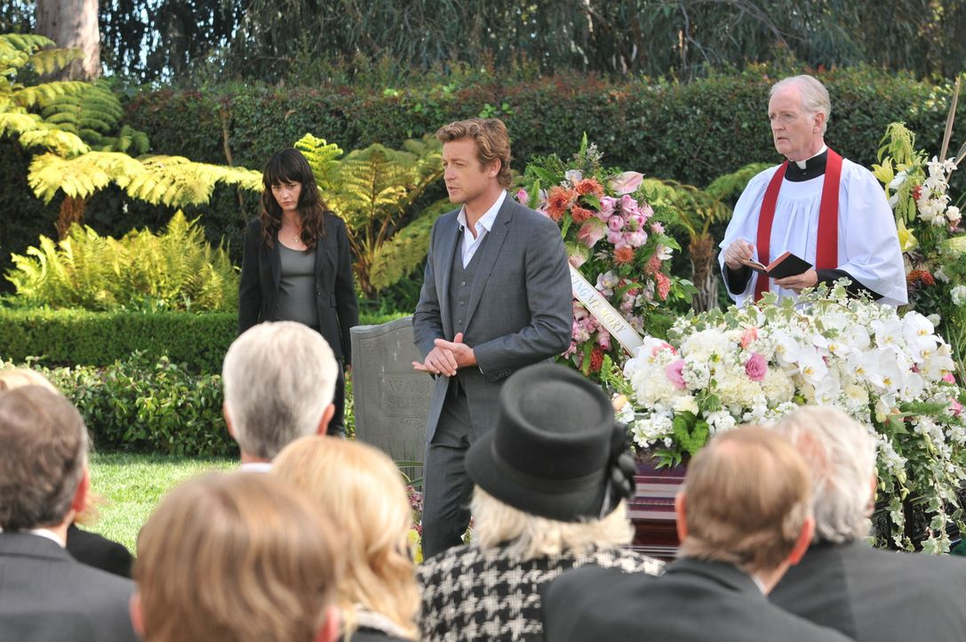 Nachdem die Leiche von Austin Marr gefunden wurde, müssen Patrick (Simon Baker, M.) und Teresa (Robin Tunney, l.), die private Trauerfeier von Ethe... - Bildquelle: Warner Bros. Television