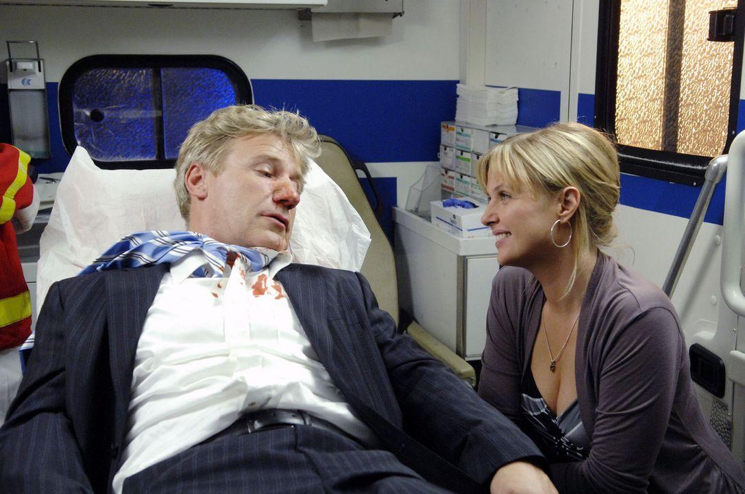 Die erste gemeinsame Verabredung von Nika (Katharina Böhm, r.) und John (Jörg Schüttauf, l.) endet in einem Krankenwagen. - Bildquelle: Sat.1