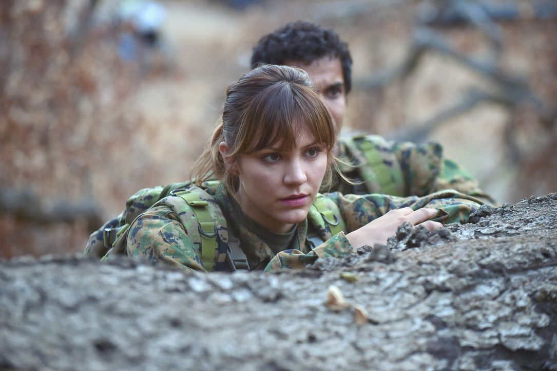 Wagt sich mit ihren Freunden nach Bosnien: Paige (Katharine McPhee) ... - Bildquelle: Ron Jaffe 2014 CBS Broadcasting, Inc. All Rights Reserved