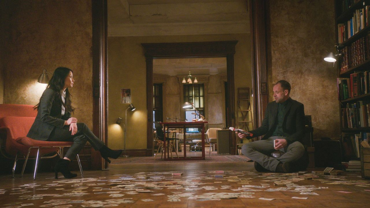 Auf Watson (Lucy Liu, l.) und Holmes (Jonny Lee Miller, r.) kommt jede Menge Hokus Pokus zu, als sie den Tod eines Zauberers untersuchen müssen ... - Bildquelle: 2017 CBS Broadcasting, Inc. All Rights Reserved.