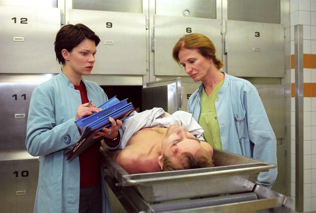 An ihrem ersten Arbeitstag in der Pathologie, wo sie bei Dr. Milberg (Carola Regnier, r.) arbeitet, erkennt Hanna (Theresa Hübchen, l.) in dem Toten... - Bildquelle: Thiel Sat.1
