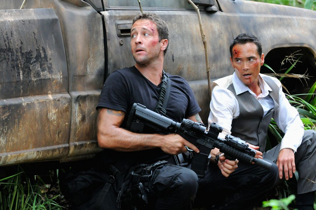 Gerade als Steve (Alex O'Loughlin, l.) seinen Erzfeind Wo Fat (Mark Dacascos, r.) bei einem Überraschungsangriff dingfest machen will, stellt er fes... - Bildquelle: TM &   CBS Studios Inc. All Rights Reserved.