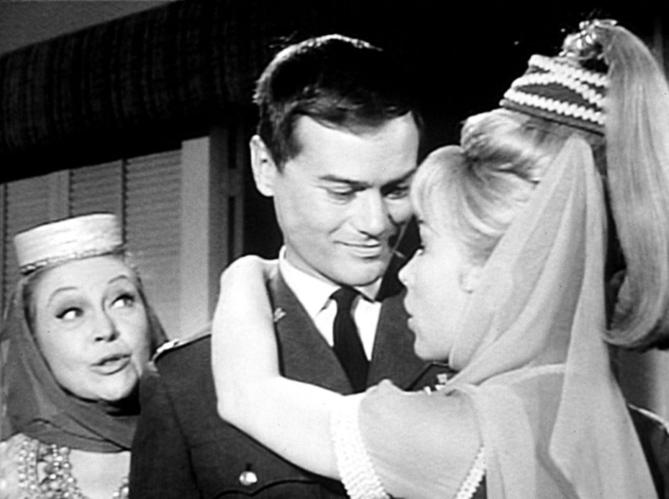Jeannie (Barbara Eden, r.) versucht alles, damit ihr Meister Tony (Larry Hagman, M.) sie heiratet. Um gut beraten zu sein, zaubert Jeannie ihre Mama... - Bildquelle: Columbia Pictures