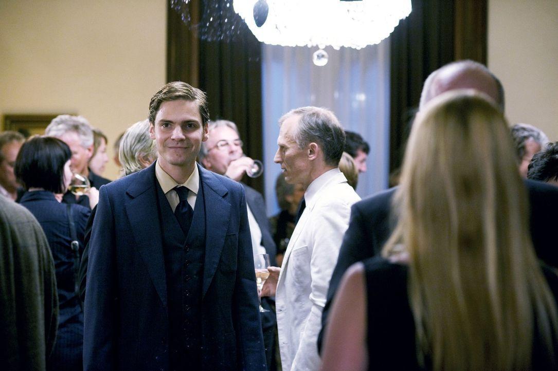 Um seine Chancen bei Marie zu erhöhen, hat David (Daniel Brühl) einen ganz besonderen Plan. Doch wird er aufgehen? - Bildquelle: Warner Brothers