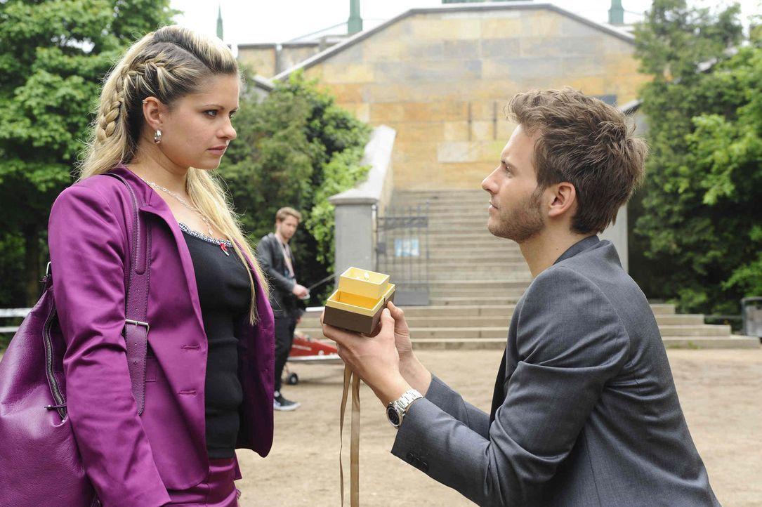 Mia (Josephine Schmidt, l.) ist völlig überfordert von Enriques (Jacob Weigert, r.) Heiratsantrag. - Bildquelle: SAT.1