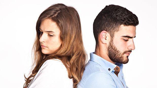Unzufriedenes Paar benötigt Paartherapie oder Sexualtherapie