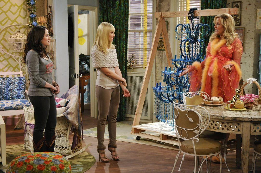 Wer könnte Max (Kat Dennings, l.) und Caroline (Beth Behrs, M.) bei der Organisation einer Benefizveranstaltung besser helfen als Sophie (Jennifer... - Bildquelle: Warner Brothers