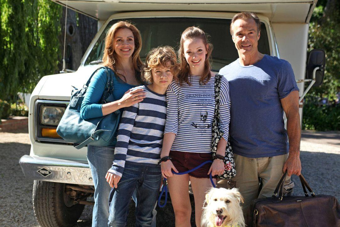 Um ihren Kindern zu zeigen, was für ein harter Job es ist Eltern zu sein, dürfen Emily (Johanna Werner, 2.v.r.) und Tommy (Max Boekhoff, 2.v.l.) e... - Bildquelle: Boris Guderjahn SAT. 1