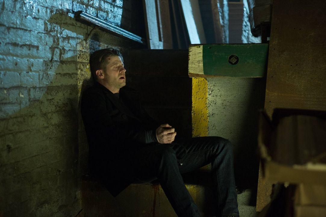 Bruce lebt mittlerweile mit Selina auf der Straße. Um Gordon (Ben McKenzie) aus seiner misslichen Lage heraushelfen zu können, muss er jedoch wieder... - Bildquelle: Warner Brothers
