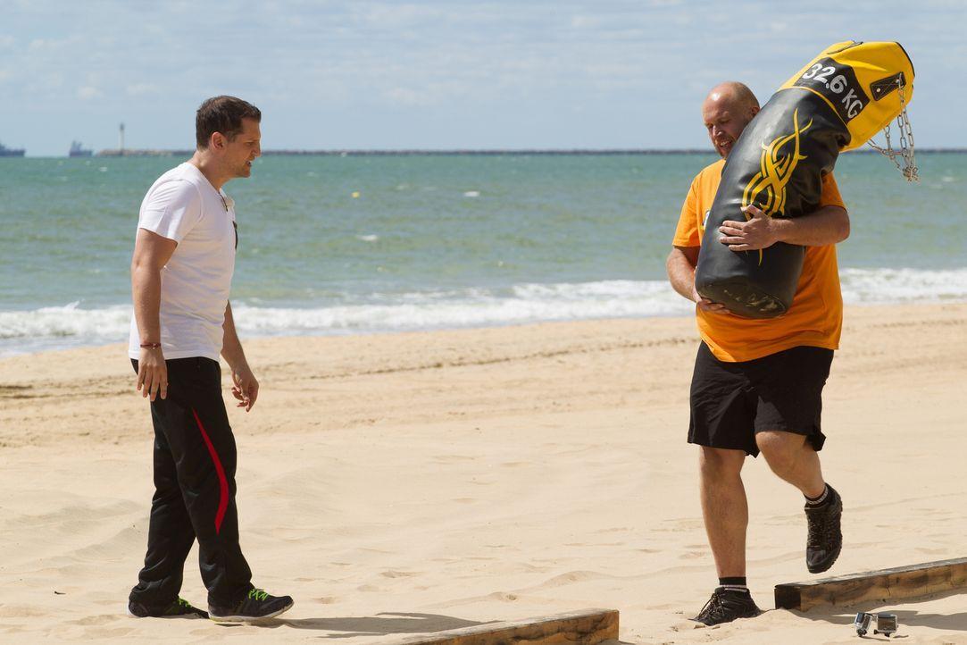 32,6 Kg geschultert, aber Kamil (r.) scheint beim Balancieren keinerlei Probleme zu haben. Ramins (l.) Team scheint unschlagbar zu sein ... - Bildquelle: Enrique Cano SAT.1
