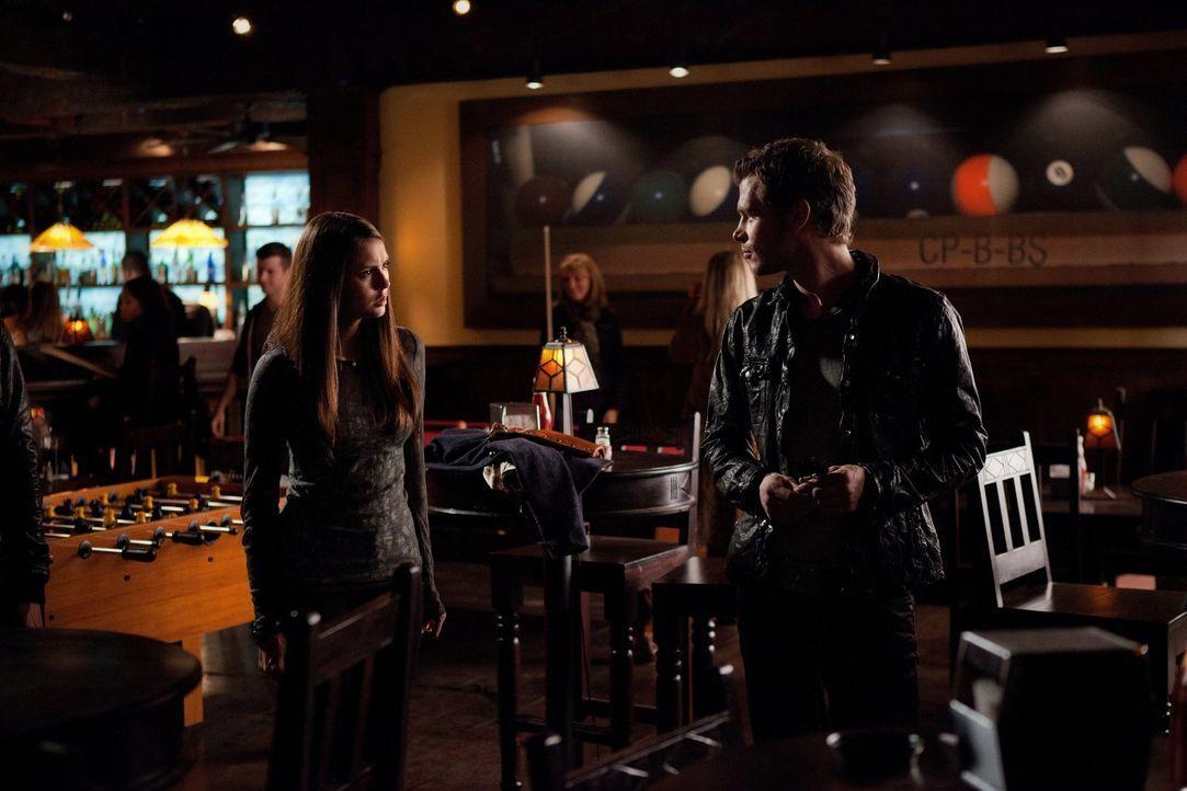 Elena (Nina Dobrev, l.) bietet Klaus (Joseph Morgan, r.) einen Deal an ... - Bildquelle: Warner Brothers