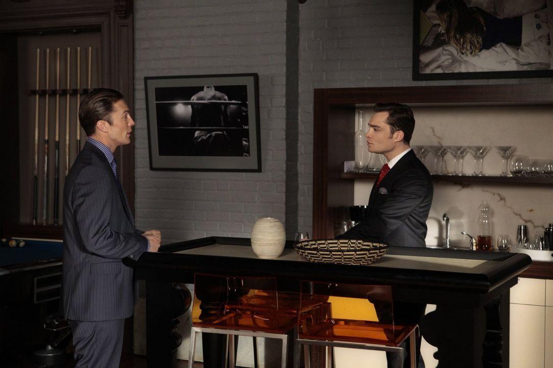 Um sich bei seinem Onkel Jack Bass (Desmond Harrington, l.)  für die Rettung seines Lebens zu bedanken, lädt ihn Chuck (Ed Westwick, r.) ein. Doch d... - Bildquelle: Warner Bros. Television