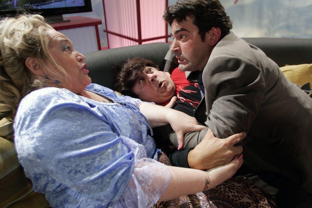 Richard (Ron Livingston, r.) macht seine leiblichen Eltern, Agnes (Kathy Bates, l.) und Frank (Danny DeVito, M.), ausfindig und ist schockiert, denn... - Bildquelle: Nu Image Films
