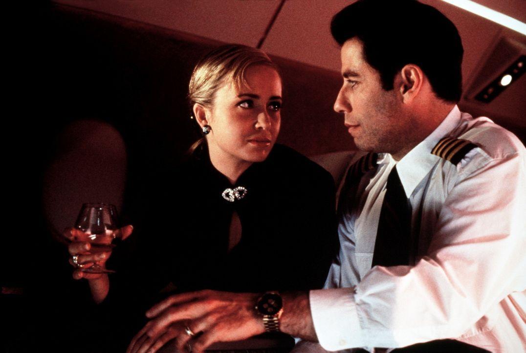 Die attraktive Samantha (Lysette Anthony, l.) schmeißt sich an ihren neuen Angestellten James (John Travolta, r.) ran. Und als braver Angestellter... - Bildquelle: TriStar Pictures