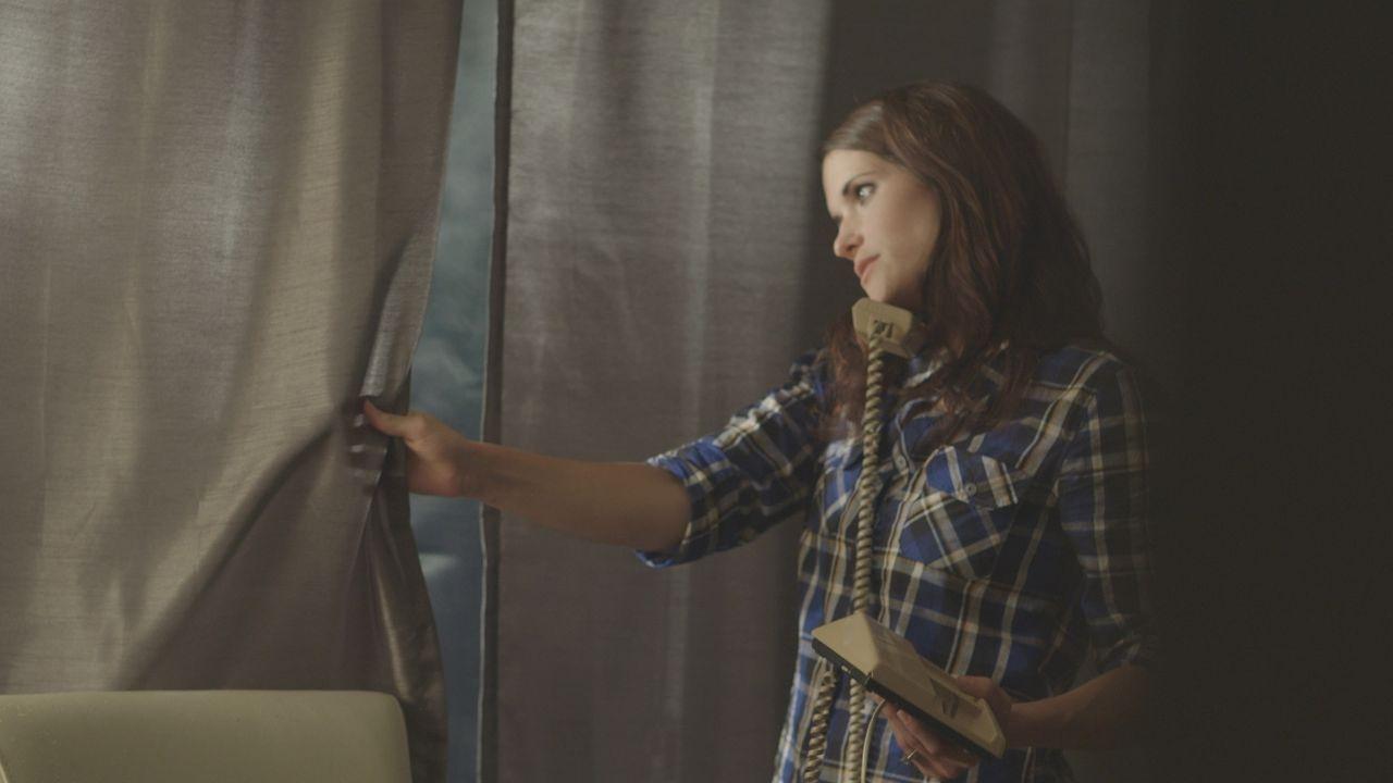 Als die 21-jährige Dina Kichler (Holly Houk) mit ihrer Mutter telefoniert, wird das Gespräch durch ein Klopfen an der Tür unterbrochen. Doch sie wir... - Bildquelle: LMNO Cable Group