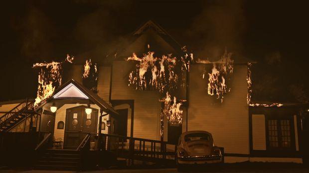 Nach einem Großbrand entdecken die Retter einen leblosen Körper in dem abgebr...
