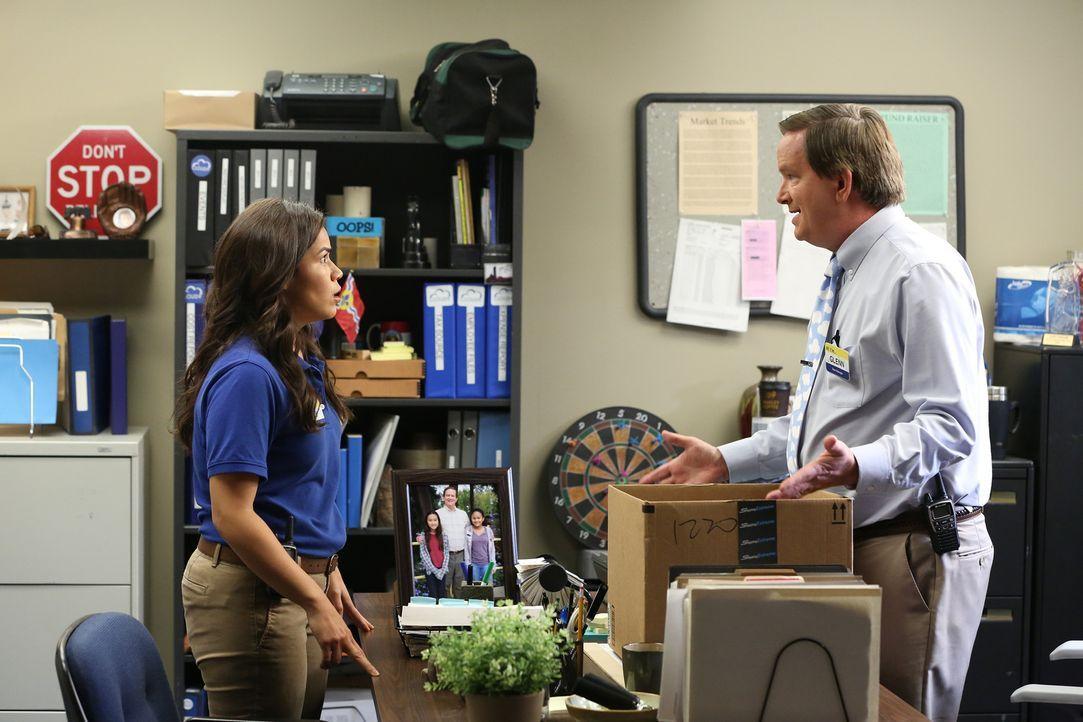 Amy (America Ferrera, l.) ist geschockt, als sie erkennt, wie die Konzernbosse mit Glenn (Mark McKinney, r.) umgehen, nachdem er einer Mitarbeiterin... - Bildquelle: Michael Yarish 2015 Universal Television LLC. ALL RIGHTS RESERVED.