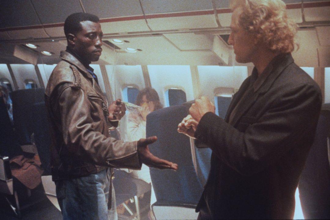 Der kaltblütige und hochintelligente Terrorist Charles Rane (Bruce Payne, r.) entführt mit seinem Team ein Flugzeug. Sein Pech: Anti-Terror-Experte... - Bildquelle: Warner Bros.