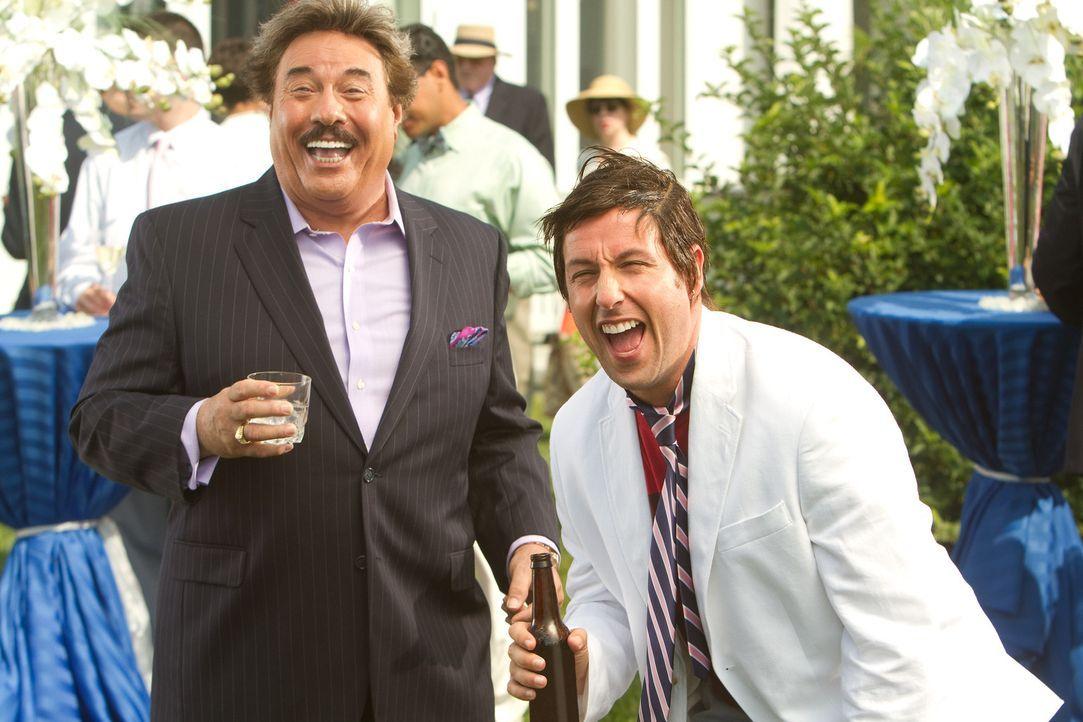 Als Todd erfährt, dass sein durchgeknallter Dad Donny (Adam Sandler, r.) unbedingt an seiner Hochzeit teilnehmen will, hat er große Angst, er könne... - Bildquelle: 2012 Columbia Pictures Industries, Inc. All Rights Reserved.