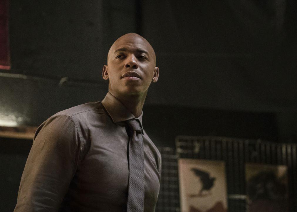 James (Mehcad Brooks) gerät in Gefahr, als jemand seine wahre Identität entdeckt und droht diese ans Licht zu bringen ... - Bildquelle: 2017 Warner Bros.