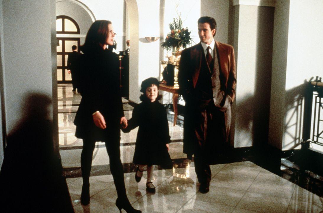 Die kleine Susan (Mara Wilson, M.) würde gerne ihre Mutter (Elizabeth Perkins, l.) mit dem netten Anwalt Bryan Bedford (Dylan McDermott, r.) verkup... - Bildquelle: 20th Century Fox