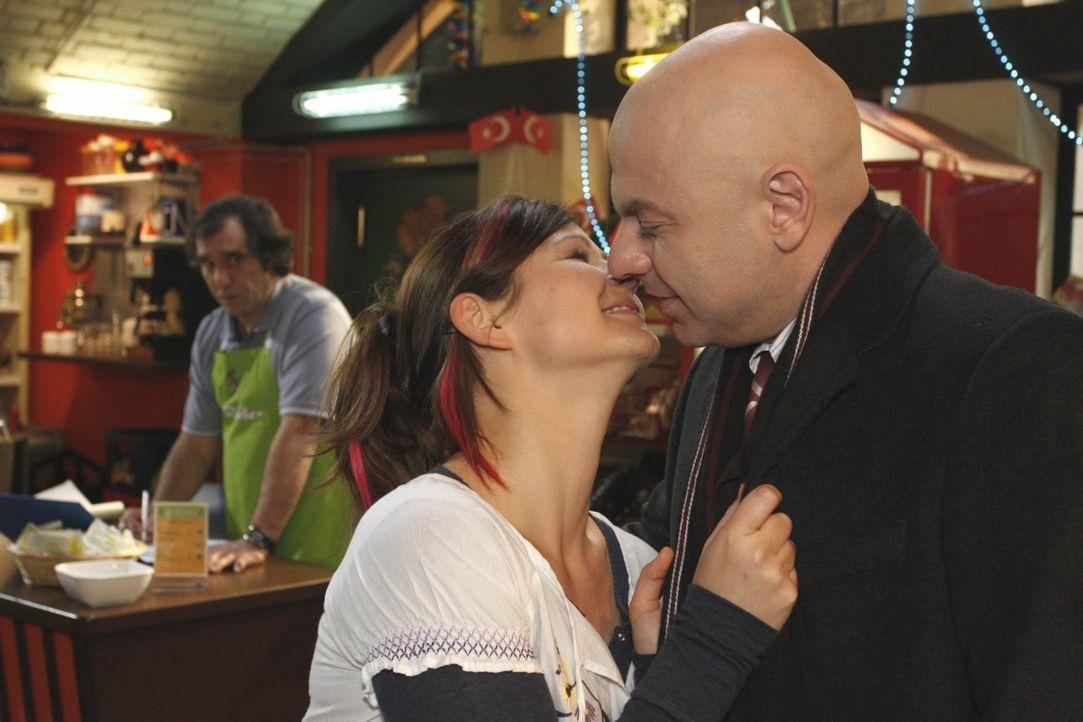 Manus Freundin Eva (Anett Heilfort, M.) wundert sich, warum ihr Chef Süleyman (Hussi Kutlucan, l.) so schlechte Laune hat. Ist er eifersüchtig auf... - Bildquelle: SAT.1