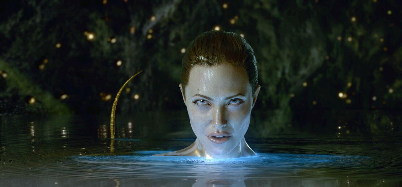 Schluss mit lustig: Als in ihren Armen ihr monströser Sohn stirbt, schwört die Meerhexe (Angelina Jolie) blutige Rache an Beowulf und seinen Männ... - Bildquelle: 2007 Warner Brothers International Television Distribution Inc.