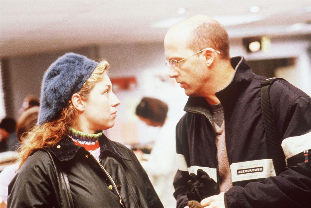 In der Notaufnahme erhält Corday (Alex Kingston, l.) nur noch Verwaltungsaufgaben, hat so aber zumindest Zeit, ihre Hochzeit mit Dr. Greene (Anthony... - Bildquelle: TM+  2000 WARNER BROS.