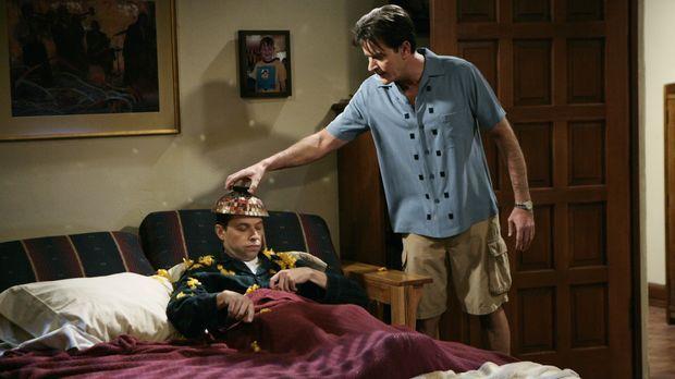 Alan (Jon Cryer, l.) bemüht sich darum, das Haus von Charlie (Charlie Sheen,...