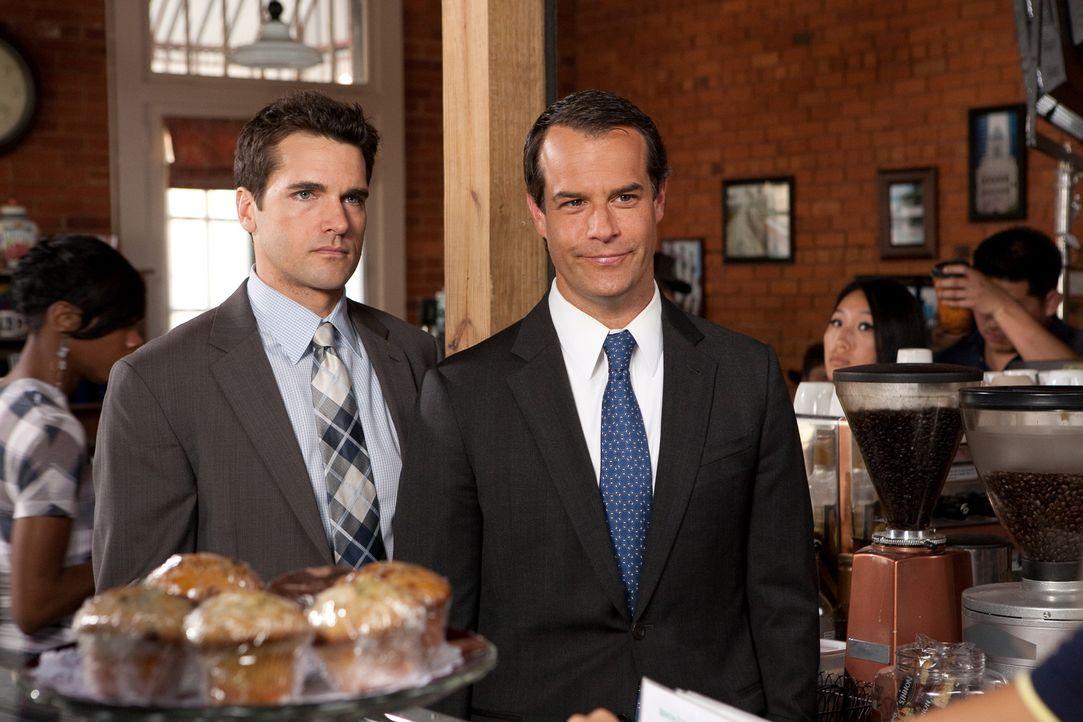 Gemeinsam arbeiten Grayson (Jackson Hurst, l.) und Parker (Josh Stamberg, r.) an einem heiklen Fall. Die Tochter eines Freundes von Parker hat bei e... - Bildquelle: 2009 Sony Pictures Television Inc. All Rights Reserved.