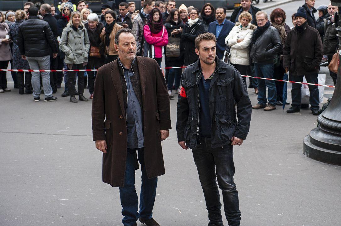 Ein weiterer Mord, mitten in Paris, bringt die Ermittler Jo St-Clair (Jean Reno, l.) und Bayard (Tom Austen, r.) ins Grübeln. Wieso musste das Opfe... - Bildquelle: Stéphanie Dupont Atlantique Productions
